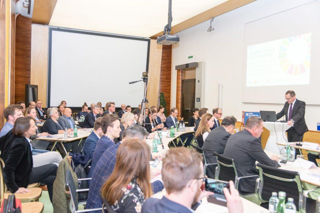 Chancen nutzen Veranstaltungshost Christian Friesl (IV) sieht in den SDG großes Potenzial für österreichische Unternehme