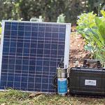 Pay-as-you-Grow: Die kleine RainMaker-Solarpumpe ist für 54.000 Kenia-Schillinge (ca. 460 Euro) erhältlich. Das Paket enthält die Pumpe, eine Batteriebank, ein tragbares Solarpanel, Schläuche und einen Sprinkler. Lieferung, Installation und Kundendienst sind im Preis inbegriffen.