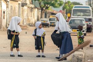 Sichere Schulwege durch bauliche Maßnahmen und Schulungen.