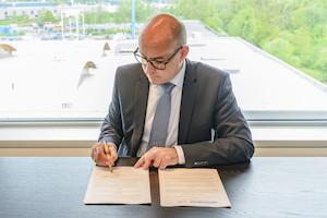 Thomas Pichler, Geschäftsführer der Doppelmayr Seilbahnen GmbH, unterzeichnet den Vertrag zur Verlängerung der sehr erfolgreichen Zusammenarbeit mit UN-Habitat.