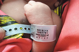 Spezialarmband für Babys in Burkina Faso.