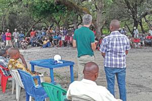 Unter Cashwewbäumen im Gespräch mit der Gemeinde