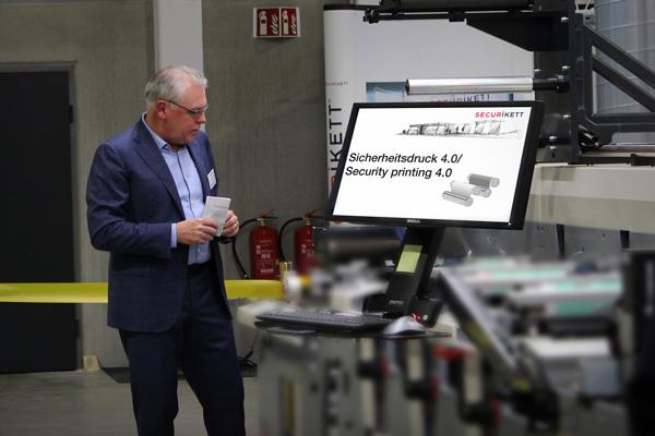 Feierliche Eröffnung: Geschäftsführer Werner Horn präsentiert eine Sicherheitsdruckmaschine bei der Eröffnung des neuen Firmenstandorts in Münchendorf im Jahr 2017.