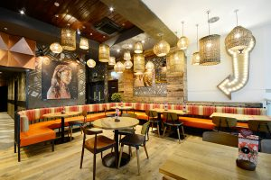 The around 1.200 branches of the Nando's restaurant chain are decorated with contemporary art from South Africa.